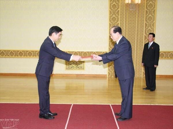 Đại sứ Việt Nam tại Triều Tiên Phạm Việt Hùng trình Thư ủy nhiệm