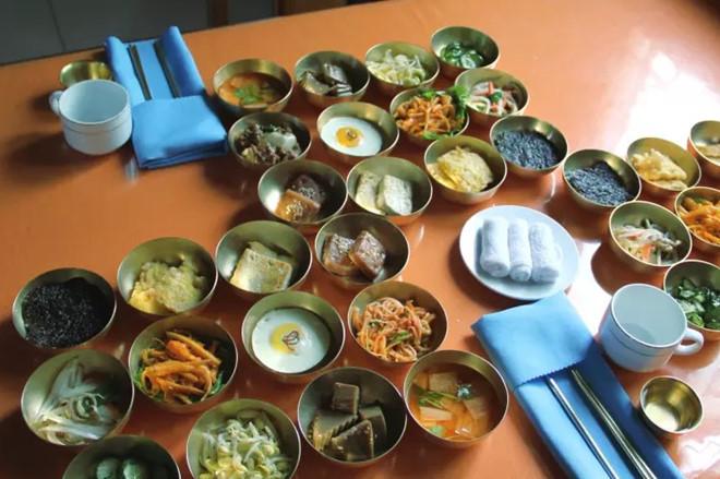 Bữa trưa điển hình dành cho khách du lịch ở Triều Tiên gồm các loại kim chi, đậu phụ và trứng.