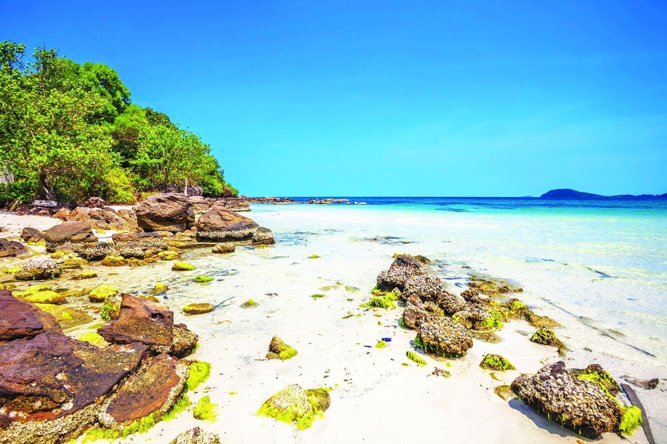 Bãi Thơm Phú Quốc có bãi cát đẹp nhưng hẹp và nước biển trong xanh nhưng nông nhiều đá ngầm nên không thích hợp với hoạt động tắm biển.
