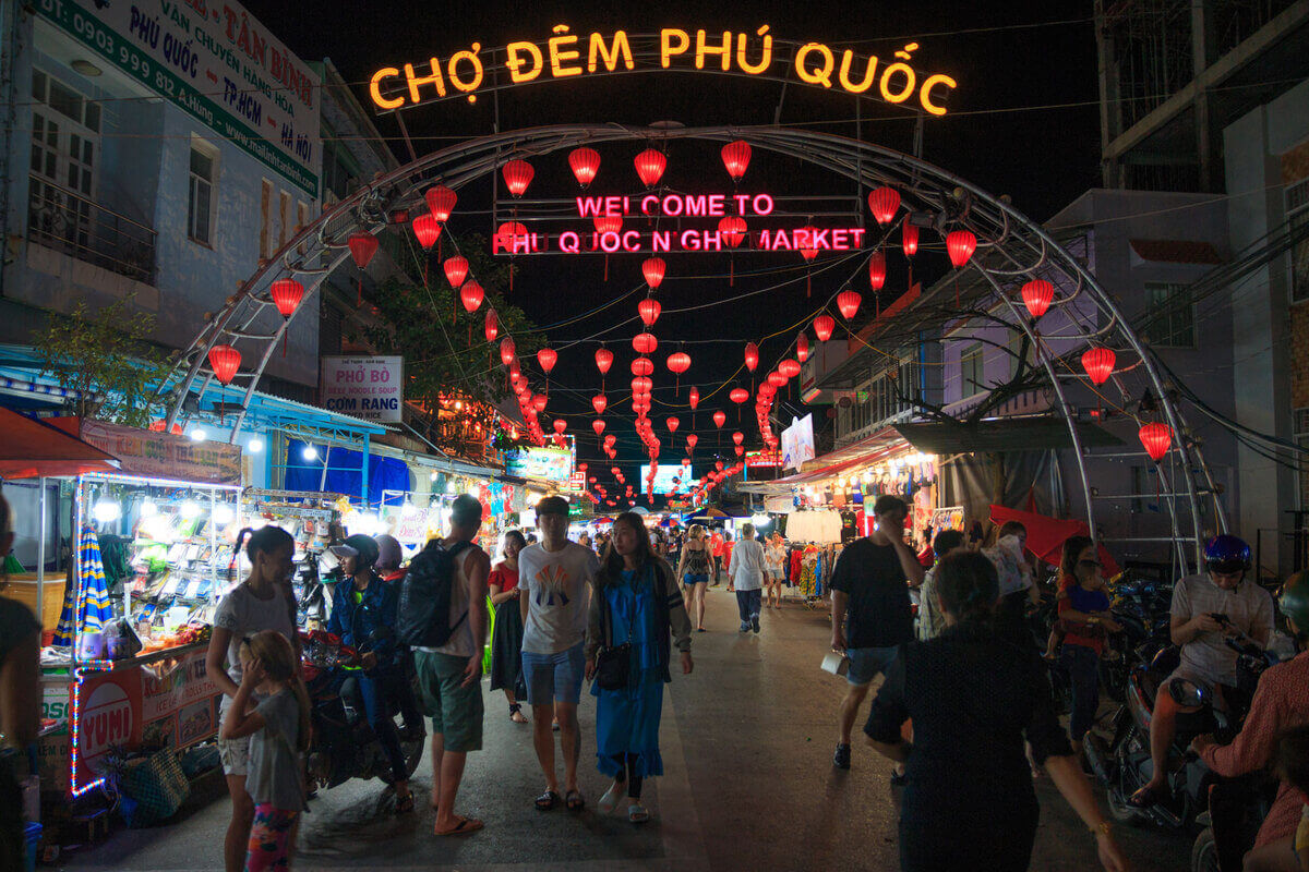 Cổng vào chợ đêm Bạch Đằng