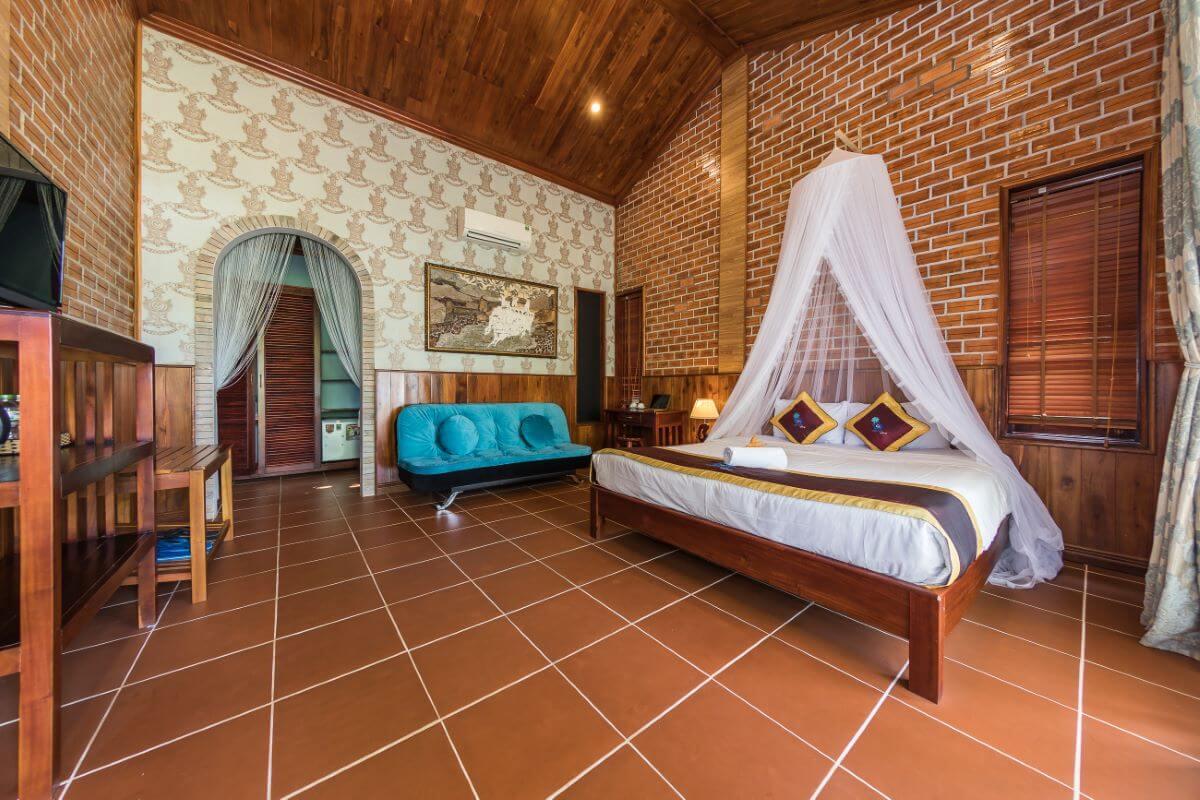 Không gian phòng nghỉ sang trọng bên trong khách sạn Cottage Village